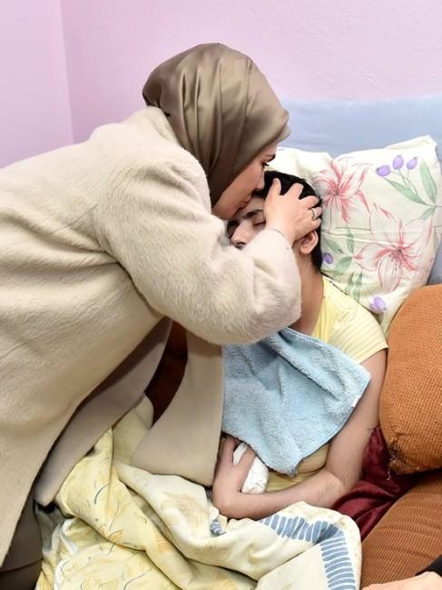 Cumhurbaşkanı Erdoğan'ın Eşinden Ssp Hastası Genç Kıza Anlamlı Ziyaret