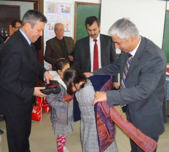 Saruhanlı'da Öğrencilere Kıyafet Ve Ayakkabı Yardımı