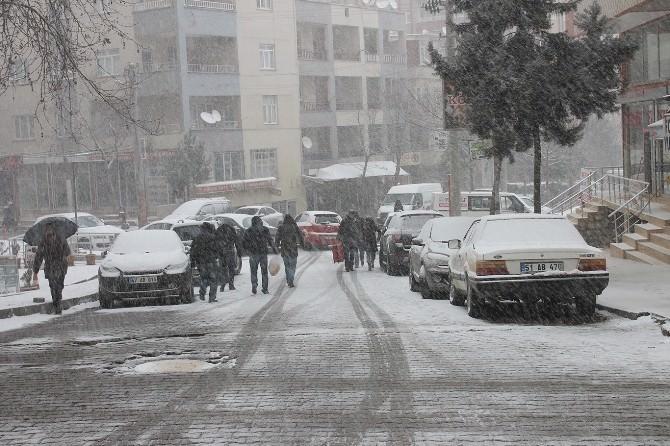 Mardinliler Güne Kar Yağışıyla Uyandı