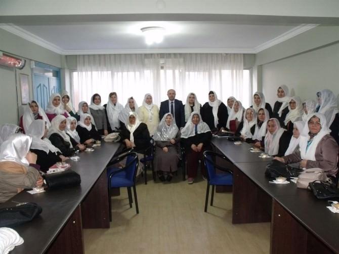 AK Partili Kadınlar Özgecan İçin Helva Dağıttı