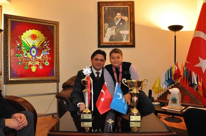 Minik Şampiyon Başarısını Başkan Acar İle Paylaştı