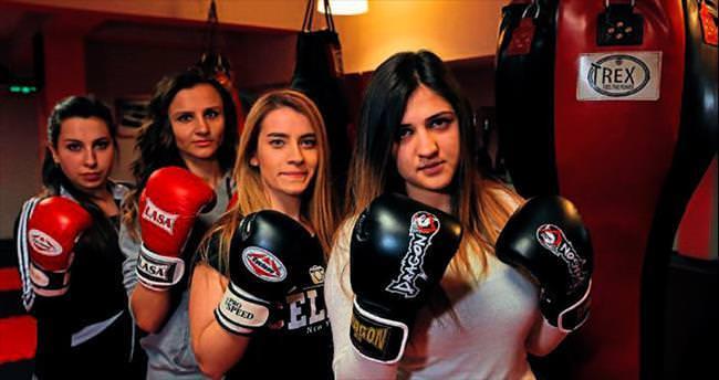 Kadınlar kickboks öğreniyor