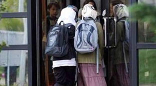 O ülkede okullarda başörtüsü yasaklandı
