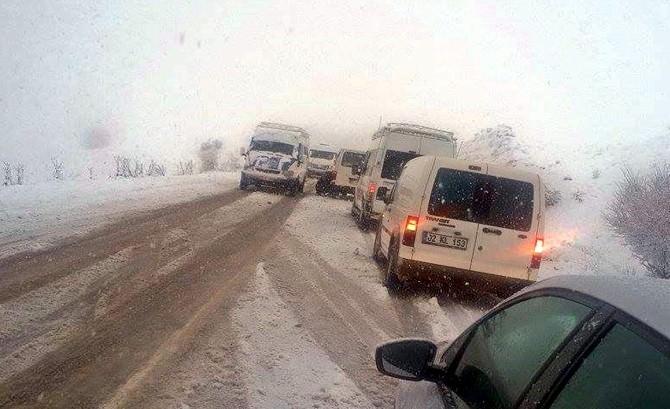 Kar Yağışı Sürücülere Zor Anlar Yaşattı