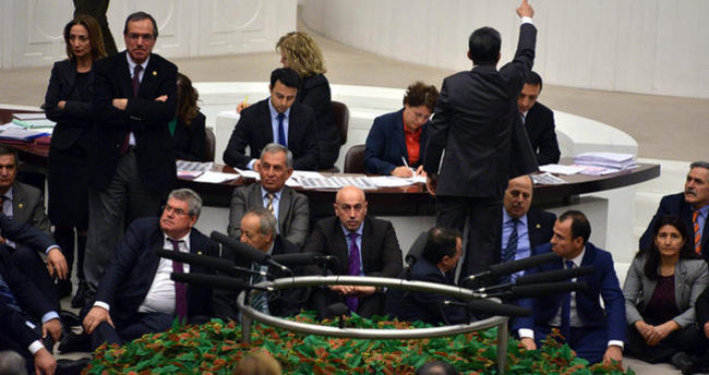 HDP'li milletvekilleri Genel Kurul'u işgal ettiler
