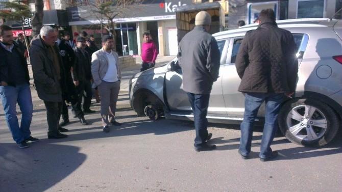 Seyir Halindeki Otomobilin Tekeri Fırladı