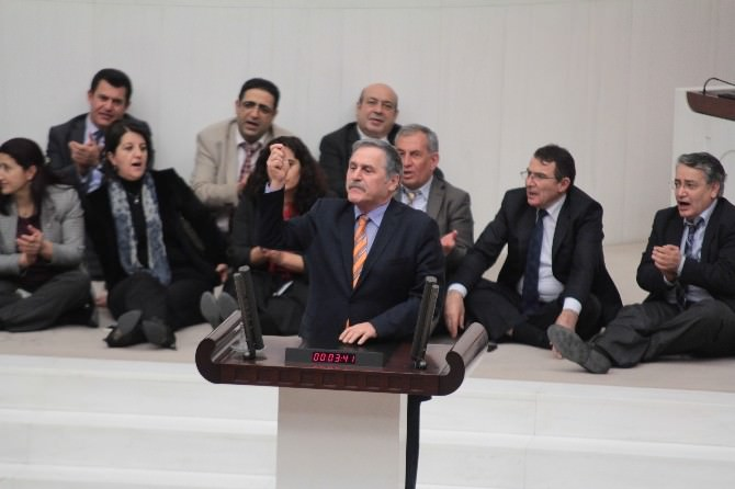 HDP'lilerden Meclis'te 6.5 Saatlik Oturma Eylemi