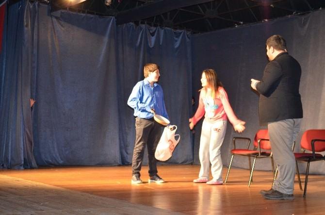 Başkan Bakıcı Tiyatrocu Gençleri Yalnız Bırakmadı