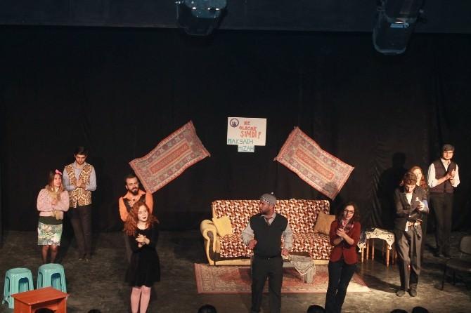 Kuşadası'nda Tiyatro Gösterisi
