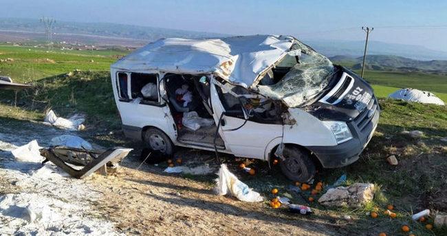 Diyarbakır'da minibüs şarampole devrildi: 2 ölü