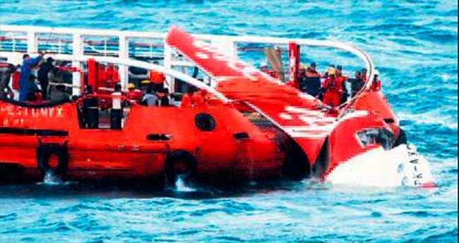 Uçağa ait son parça denizden çıkarıldı