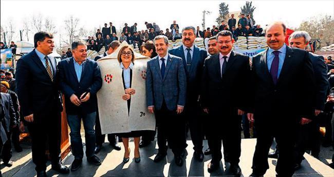 Başkan Şahin'den çiftçiye yem desteği