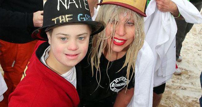 Lady Gaga yardım için donan göle atladı