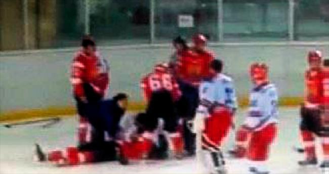 Buz hokeyi maçında kavga