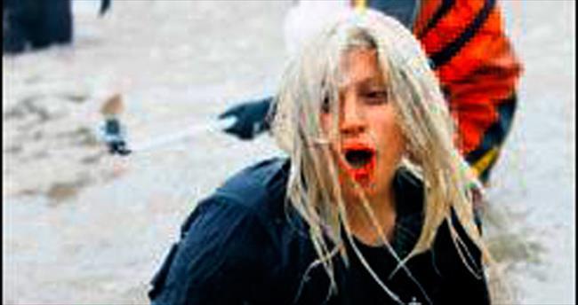 Lady Gaga, donan Michigan Gölü'ne girdi