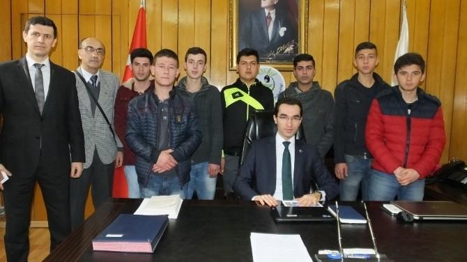 Burhaniye'de Almanya Yolcusu Öğrencilerin Kaymakam Ziyareti