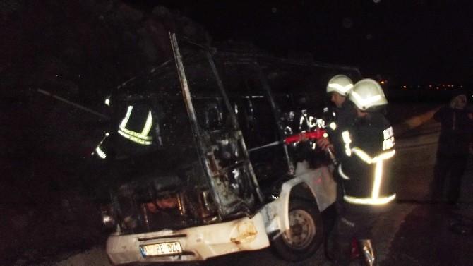Gaziantep'te Seyir Halindeki Minibüs Cayır Cayır Yandı