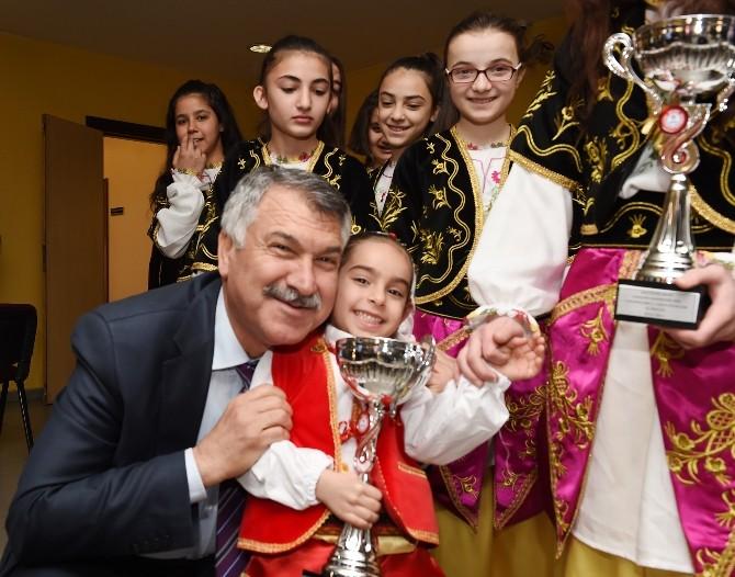 Şampiyon Ekip Kupaları Başkan Karalar'a Verdi