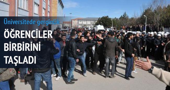 Karşıt görüşlü öğrenciler arasında kavga çıktı