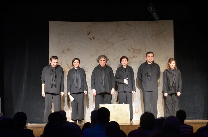 'Bavuldaki Hayatlar' Kuklalı Gençlik Oyunu AGÜ'de Sahnelendi