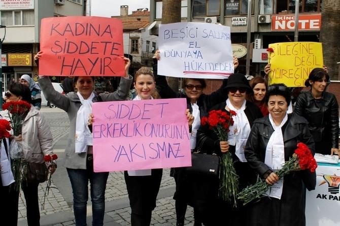 """""""Molotof Atarak Değil Karanfil Dağıtarak Bu Günü Andık"""""""