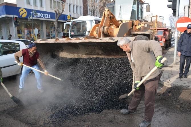 Belediye Bozulan Yolları Yama Yapıyor