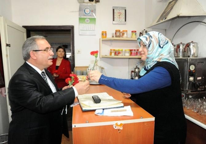 Vali Nayir'den Çalışan Kadınlara Karanfil