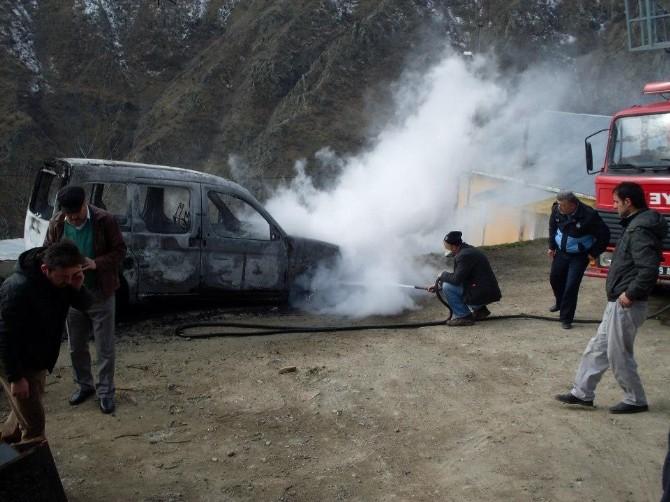 Kürtün'de Araç Kendiliğinden Yandı