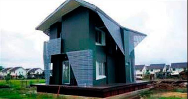 Tayland'da sele karşı yüzen ev