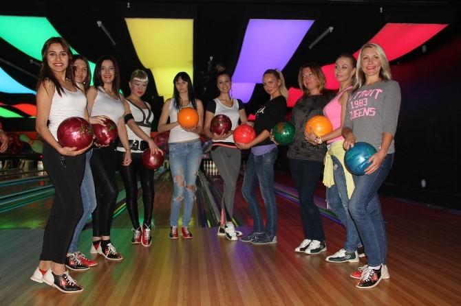 Mankenlerden Kadına Şiddete Dikkat Çekmek İçin Bowling Turnuvası