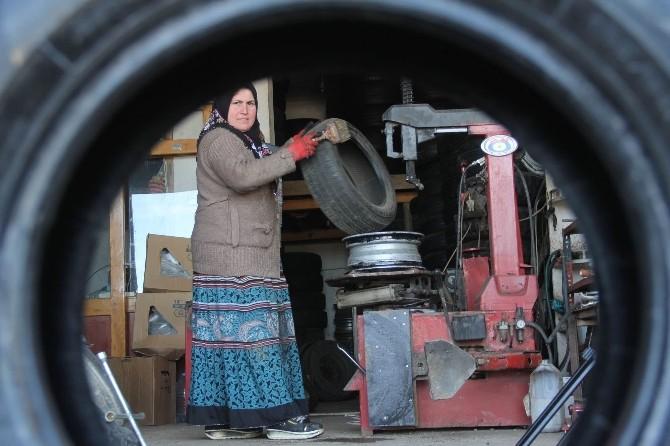 Giresun'da Lastik Tamircisi 3 Çocuk Annesi Kadın Görenleri Şaşırtıyor