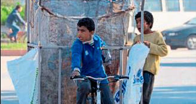 Mersin'de Suriyeli çocuklar atık topluyor