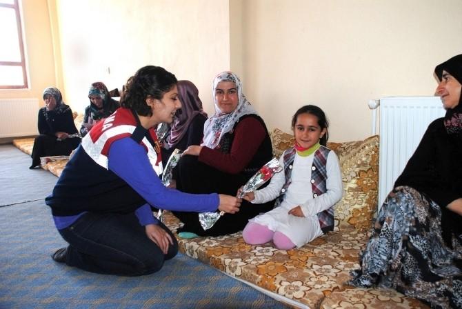 Jandarmadan Köy Kadınlarına Sürpriz