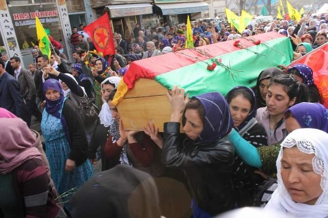 YPG'li Zehra Sezgin'in Cenazesini Kadınlar Omuzladı