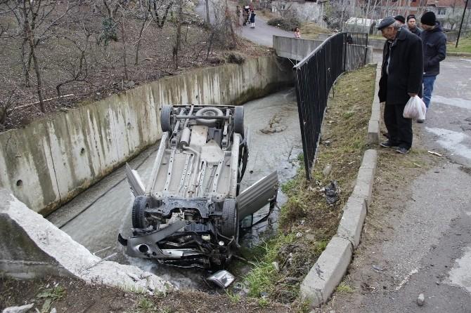 Araç Dereye Uçtu: 2 Yaralı