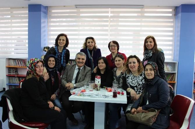 Kadınlar Günü'nü Kütüphanede Kutladılar