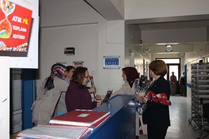 MHP'li Kadınlardan Hastalara Ve Pazarcı Kadınlara Karanfil