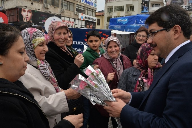 Başkan Çelik Kadınlara Karanfil Hediye Etti