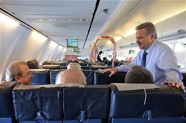 Vali Kahraman Feshane Dönüşünde Uçakta Vatandaşlarla Sohbet Etti