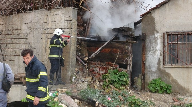 Kullanılmayan Evde Çıkan Yangın Kısa Süreli Paniğe Neden Oldu