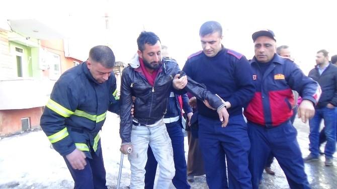 Kars'ta 3 Kişi İntihar Etmek İçin 5 Katlı Binaya Çıktı
