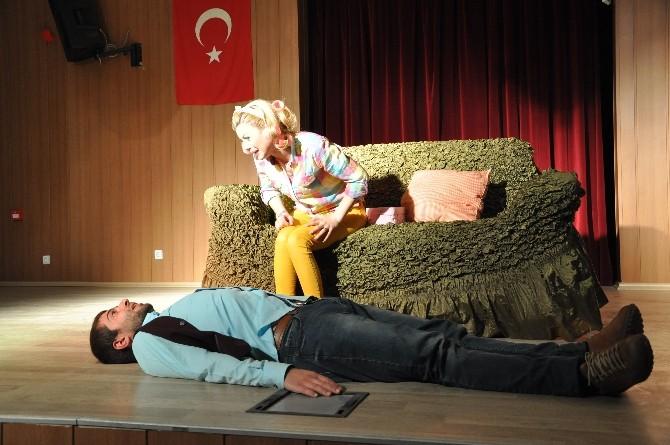 Derik'te 'Aşk Kaşıntısı' Oyunu Sahnelendi