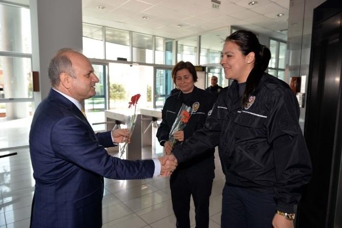 Vali Çakacak'tan Kadın Personele Karanfil