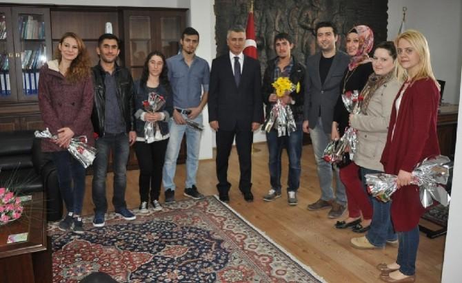 Sandıklı'da Üniversite Öğrencileri 8 Mart Dünya Kadınlar Gününü Halka Çiçek Dağıtarak Kutladı