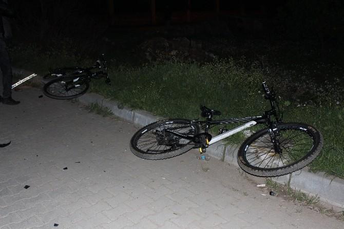 Bisikletli Gençlere Çarpıp Olay Yerinden Kaçtı