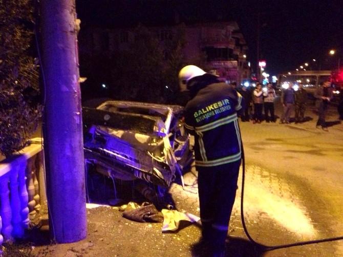 Kazada Otomobil İkiye Bölündü