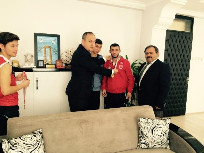 Madalyalarla Dönen Muay Thaiciler'den Kaymakam Yönden'e Ziyaret
