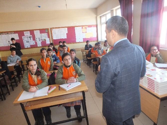 Malazgirt'te Öğrencilere Kaynak Kitap Dağıtıldı
