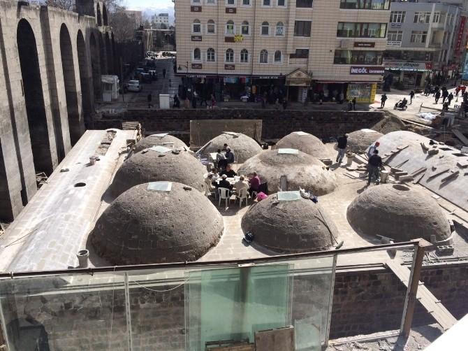 Tarihi Hamamın Çatısında Öğle Yemeği Keyfi