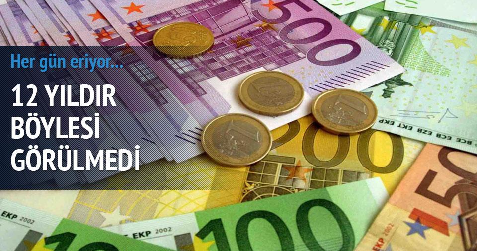 Euro dolar karşısında eriyor!